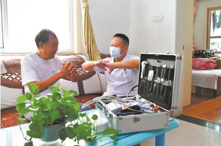 9月27日,合肥市包河区方兴社区卫生服务中心的家庭医生来到瑞园小区,上门为老人进行医疗服务。.png